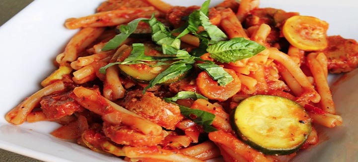 Pasta zucchine e salsiccia piccante calabrese